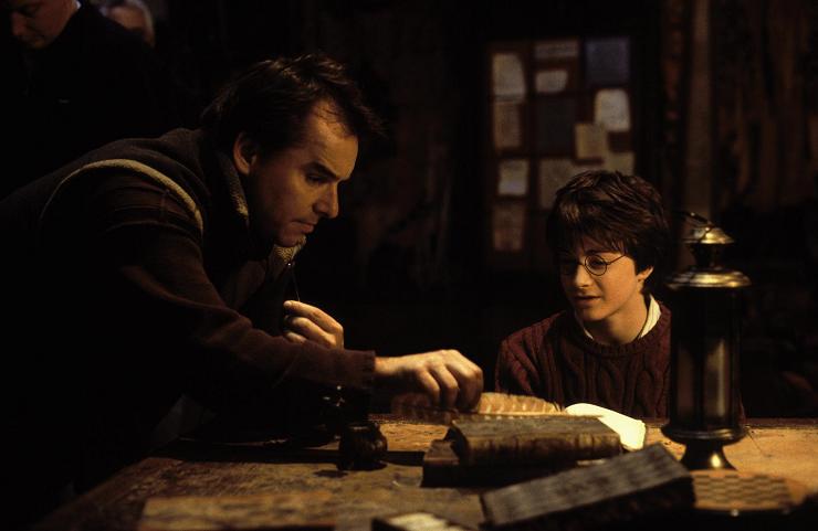 Chris Columbus dando a instrucciones a Daniel Radcliffe
