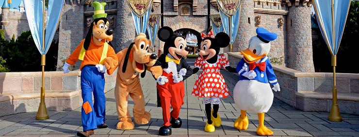 Los queridos personajes de Disney en la entrada al castillo de la Bella Durmiente.