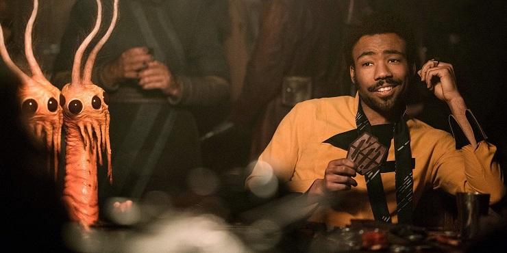 Donald Glover interpreta al no menos carismático Lando Calrissian.