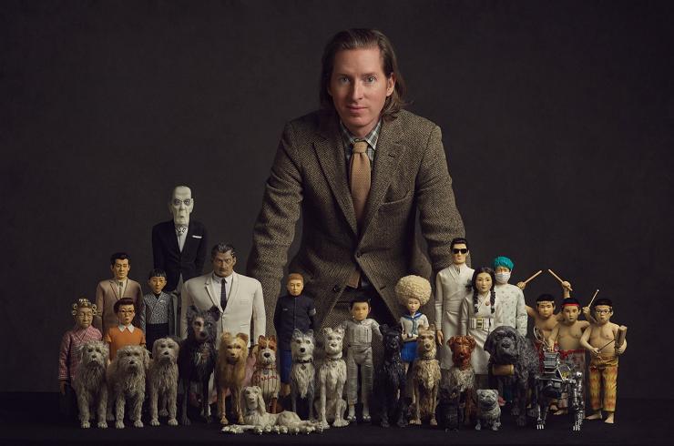 """El director Wes Anderson posando con todos los personajes de """"Isla de perros"""""""