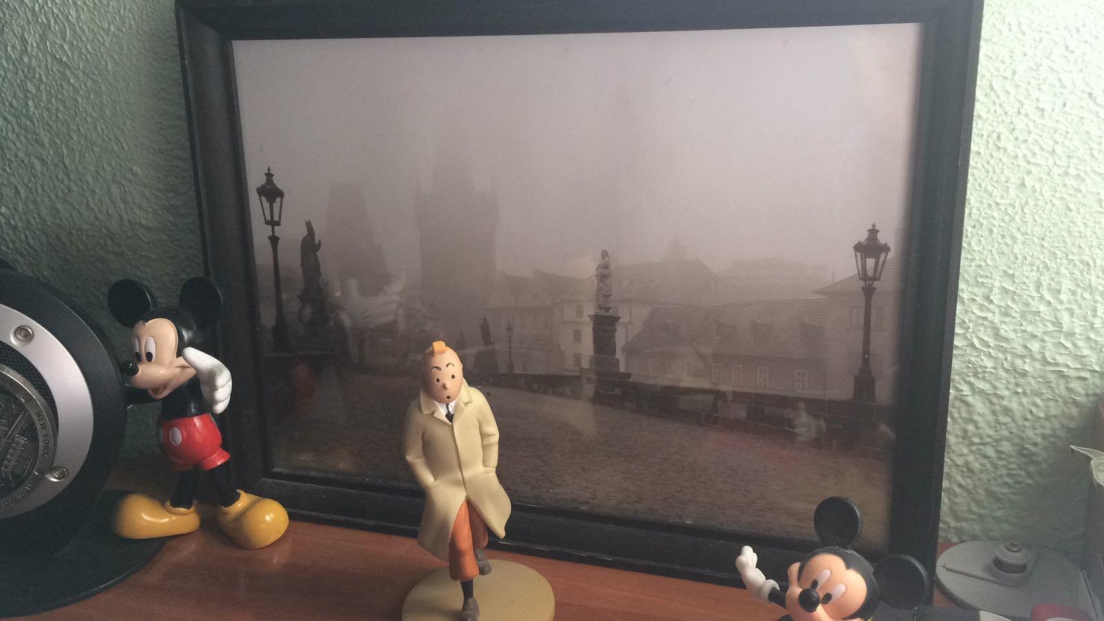 Una vieja foto neblinosa de Praga me acompaña en mi escritorio desde hace 21 años.