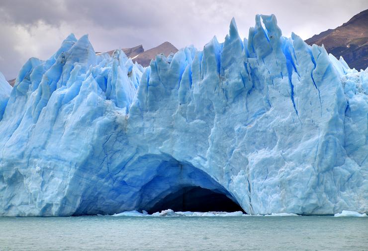 El hielo presenta formas caprichosas que maravillan a los visitantes que llegan de todo el mundo.