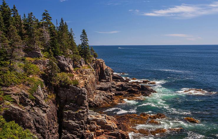 La costa de Maine presenta paisajes abruptos que rompen con las aguas del Atlántico.