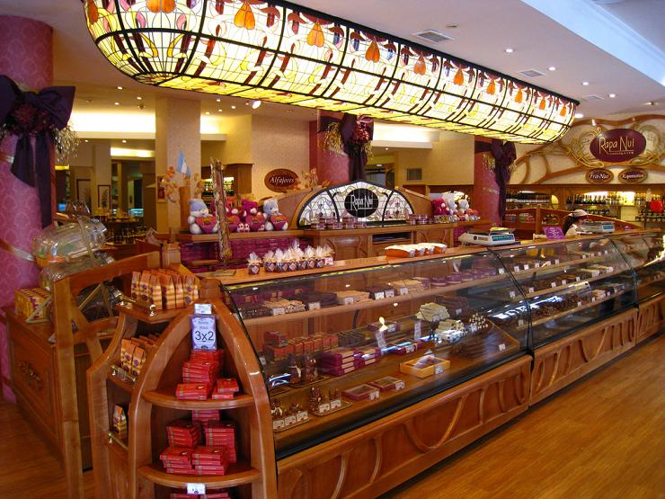 Interior de la Chocolatería Rapa Nui, el templo en el que acabar una jornada de caminata por la naturaleza.