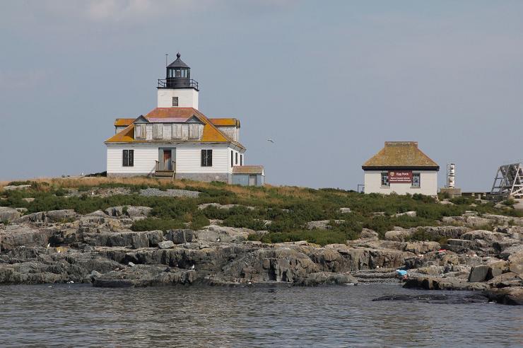 El Egg Rock Light destaca por la torre que se yergue sobre la casa del guarda.