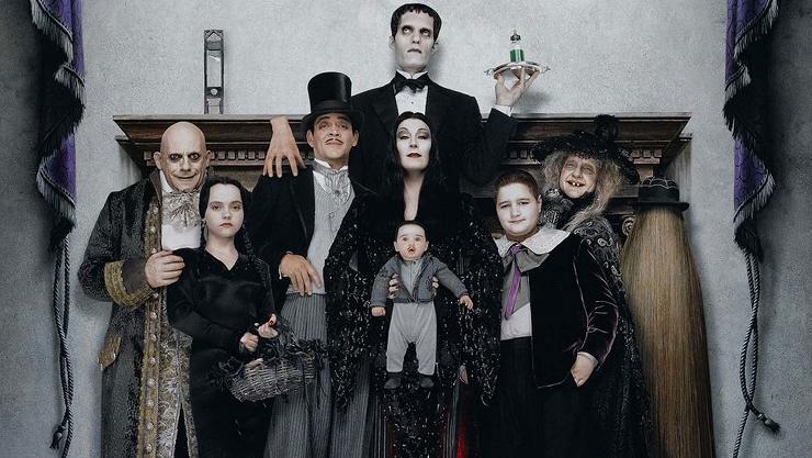 La familia Addams tuvo una de sus mejores adaptaciones en los años 90.
