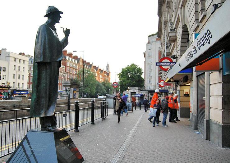 Estatua de Sherlock Holmes en la salida de la estación de metro de Baker Street.