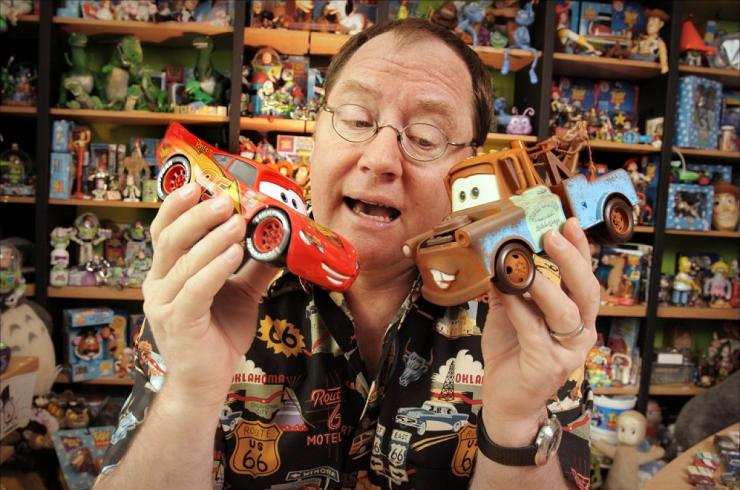 John Lasseter jugando con sus creaciones en el despacho.