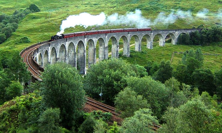 El Viaducto Glenfinnan atraviesa el precioso paisaje de las Highlands.
