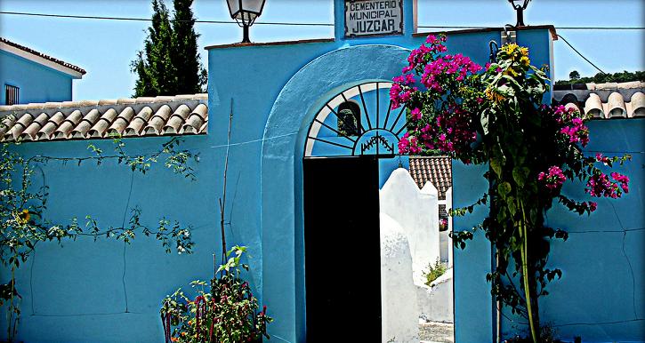 Hasta el cementerio de Júzcar fue pintado de color azul.