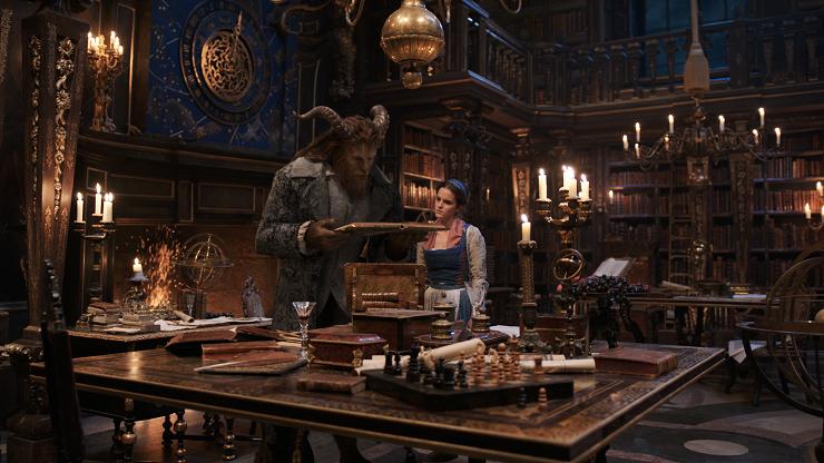 Bella y Bestia comienzan a entenderse gracias al poder de los libros.