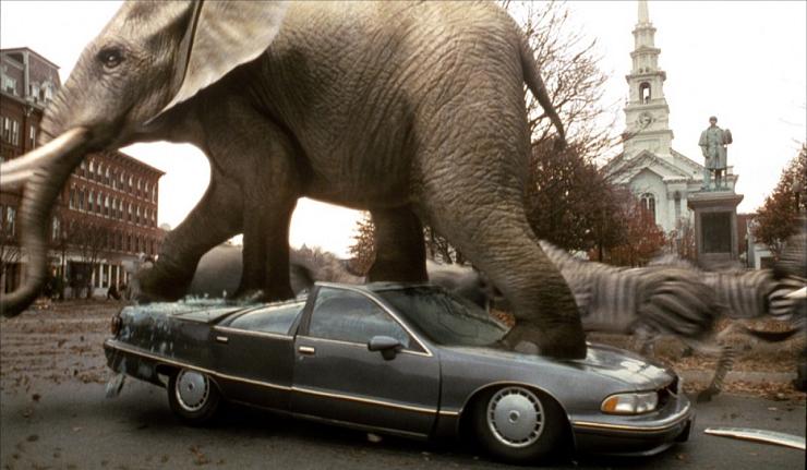 La estampida de los elefantes y rinocerontes es una de las escenas más recordadas de la película original.