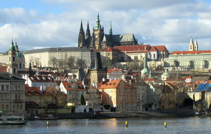 Vista del imponente Castillo de Praga desde el río.