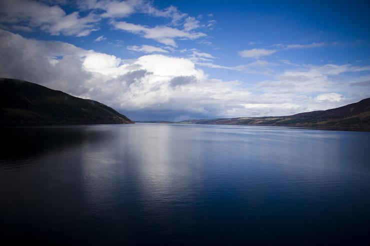Las profundas y oscuras aguas del Lago Ness invitan a encontrarse con la leyenda.