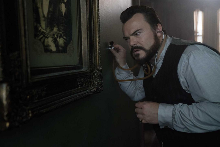 Jonathan Barnavelt (Jack Black) busca desesperadamente el reloj oculto tras las paredes de la casa.