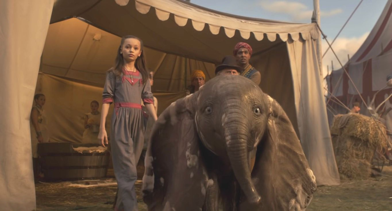 Dumbo, al igual que en la película original, es separado de su madre y obligado a actuar en el circo.