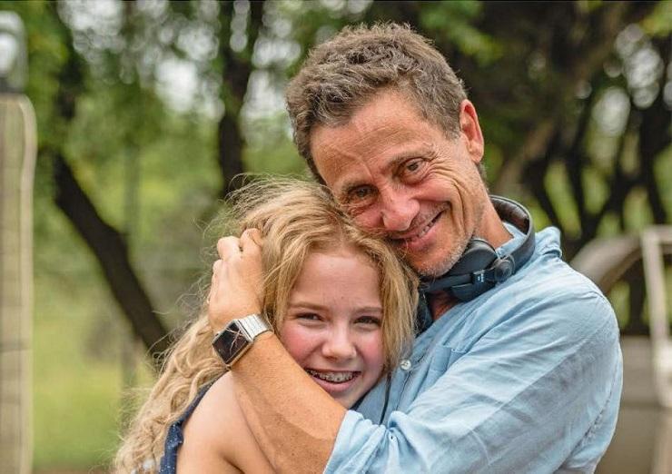 Gilles de Maistre junto a la joven actriz Daniah De Villiers durante la filmación de la película.