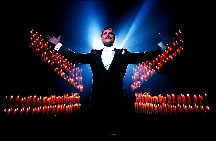 Queen compuso las canciones que suenan en la banda sonora de la película, algunas de ellas consideradas auténticos clásicos.